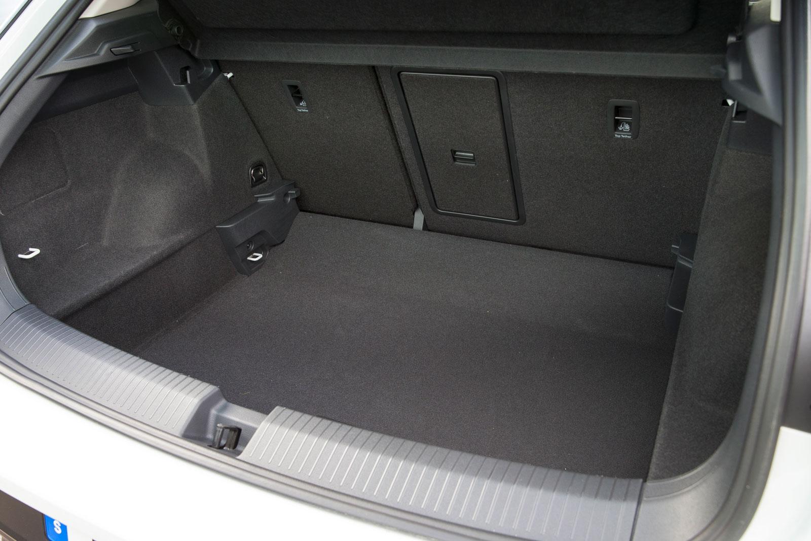 VW:s bagageutrymme är trängst i test, åtminstone när det gäller att svälja drickabackar. I vårt praktiska prov fick bara nio stycken plats när baksätet var uppfällt. Lastgolvet är höj-/sänkbart, två kasskrokar finns och en praktisk genomlastningslucka är standard. Däremot saknas helt fack för småprylar.