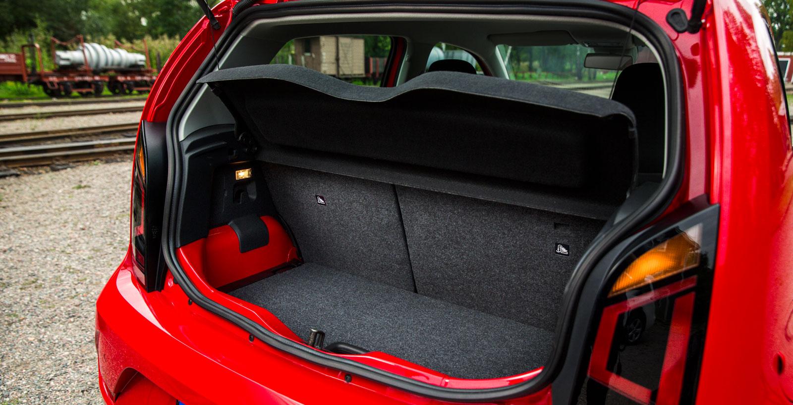 """VW:s lastgolv är höj-/sänkbart och bilen är testets bästa bagageslukare i skarpt läge (drickabacksmetoden). Numera följer dessutom hatthyllan med när man öppnar bakluckan, den """"lyxen"""" fanns inte förr. Baksätets ryggstöd kan fällas i förhållandet 60/40 och lampa samt dubbla kasskrokar är standard."""
