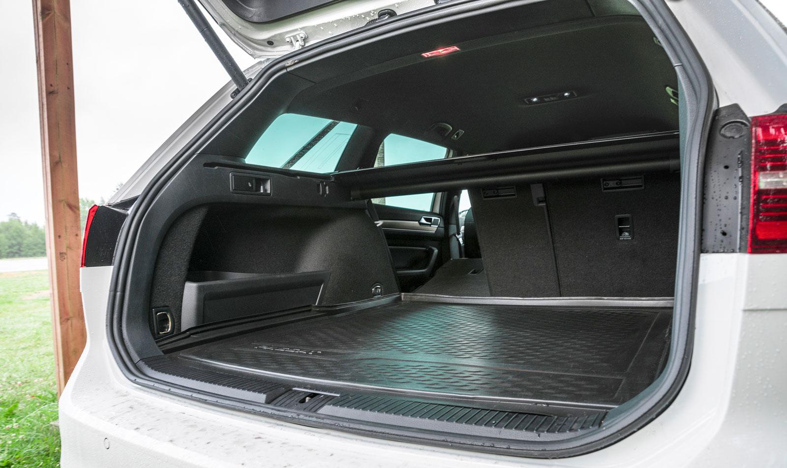 Passat har det klart största bagageutrymmet i trion, tacka den praktiska karossformen för det. Extra plus för att bagagegolvet kan varieras i höjd. Insynsskyddet är enkelt att hantera men det följer inte med elluckans rörelser.