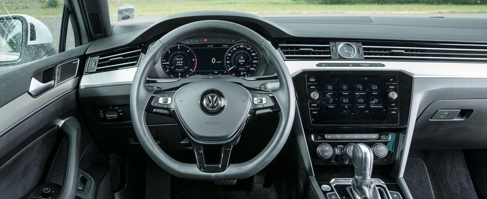 VW:s lite högre, strama förarmiljö är genomtänkt i varje detalj. Känslan är ändå något taxiartad jämfört med Audis och Volvos stråkdrag av lyx.