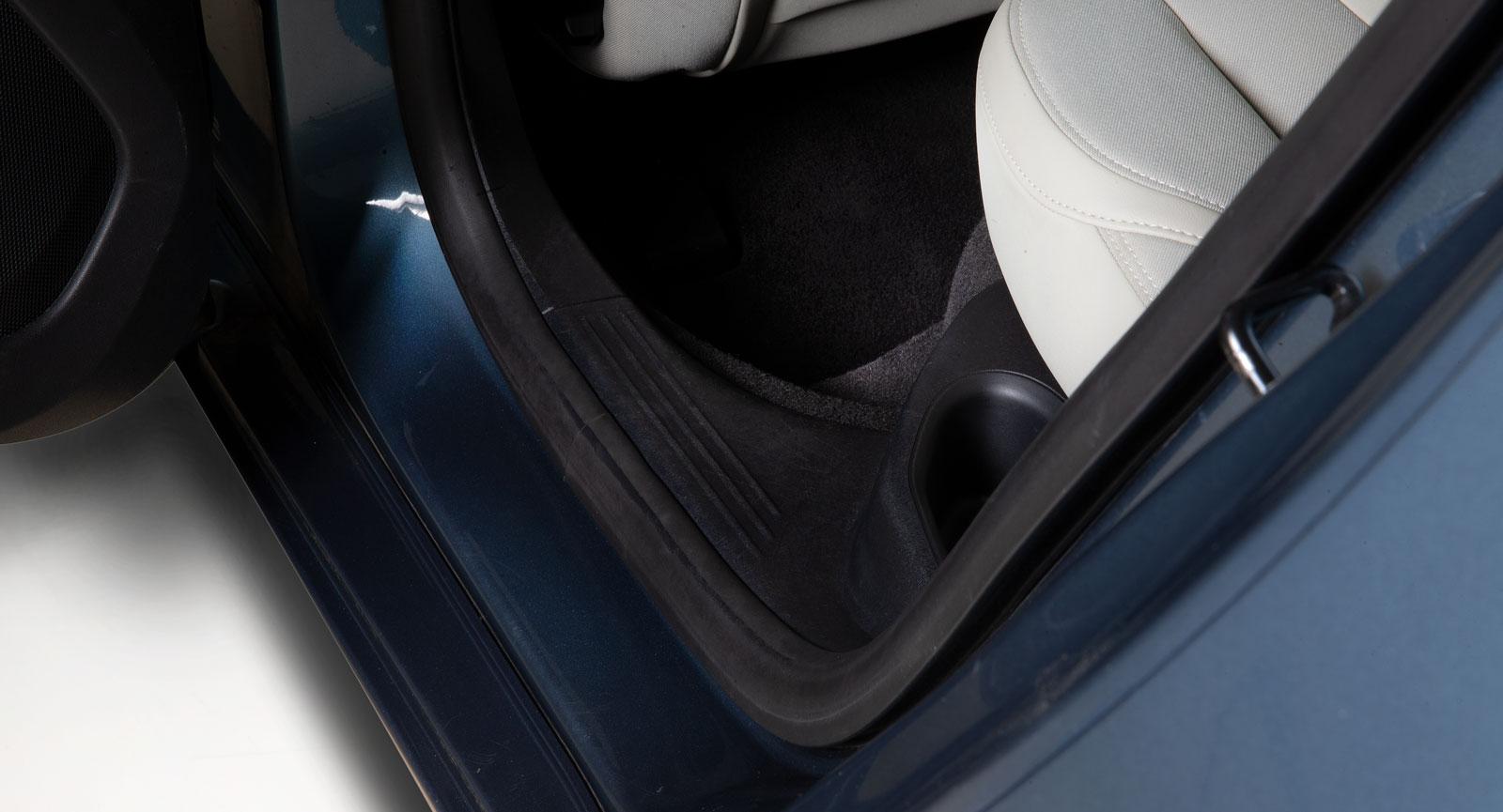 Ångtvätten kan med fördel användas på hårdplastytor. Eftertorka med mikrofiberduk.