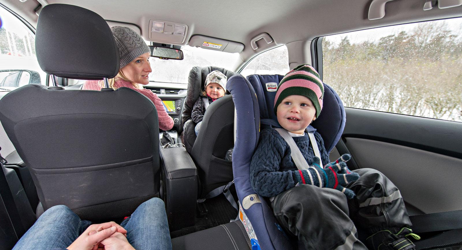 I moderna bilar spelar det ingen roll om barnen åker fram eller bak. Idag är det inte problem med kupéinträngning vid en krock så som det var förr. Se bara till att krockkudden fram är avstängd!