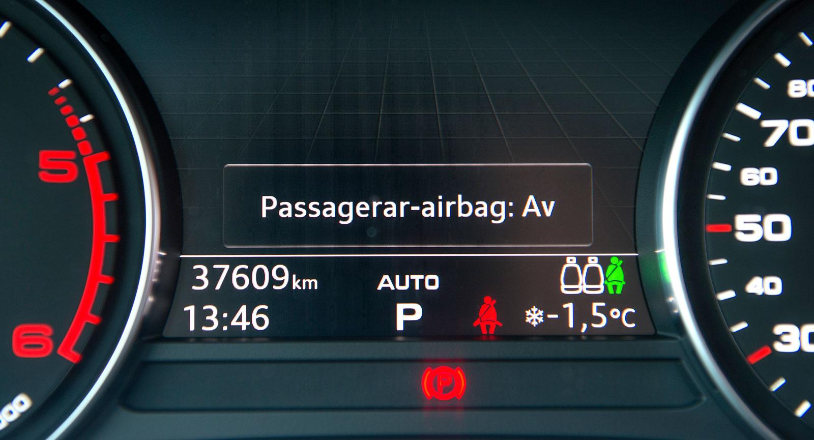 Audi visar krockkuddestatusen med svårfunnen symbol i taket samt i färddatorn vid start.