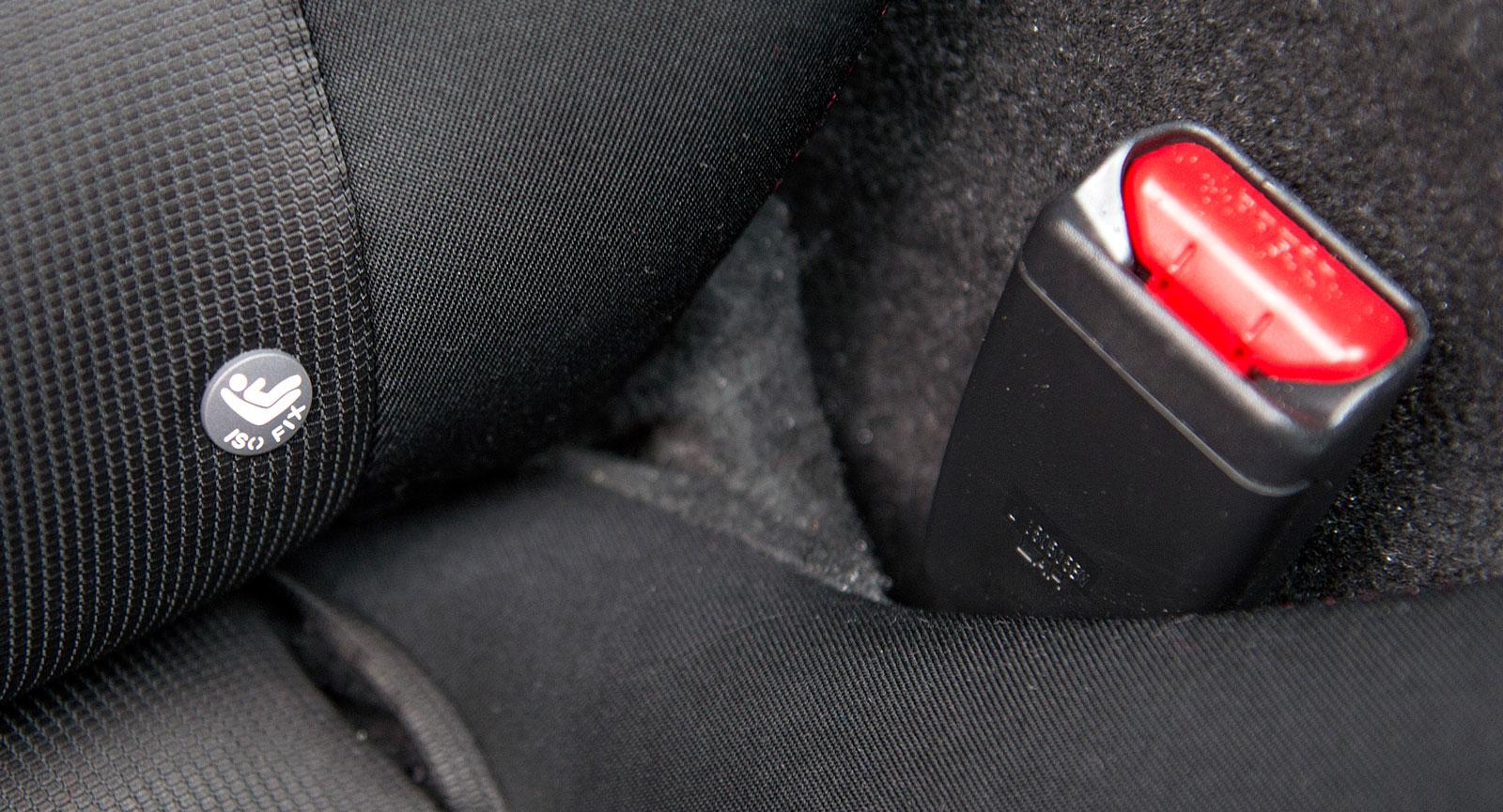 I brist på baksäte har Mazda MX-5 Isofix-fäste i framsätet. Dock trång kupé för bakåtvänd bilstol.