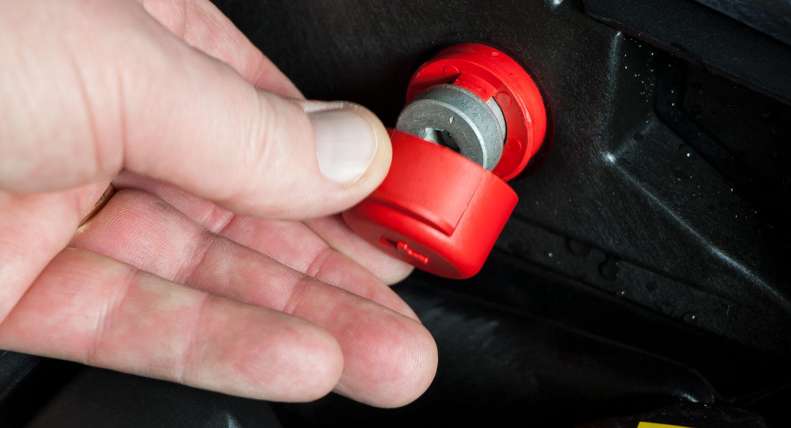 Pluspolen för batteriet är lätt åtkomlig i motorutrymmet i alla tre, här ses BMW:s.