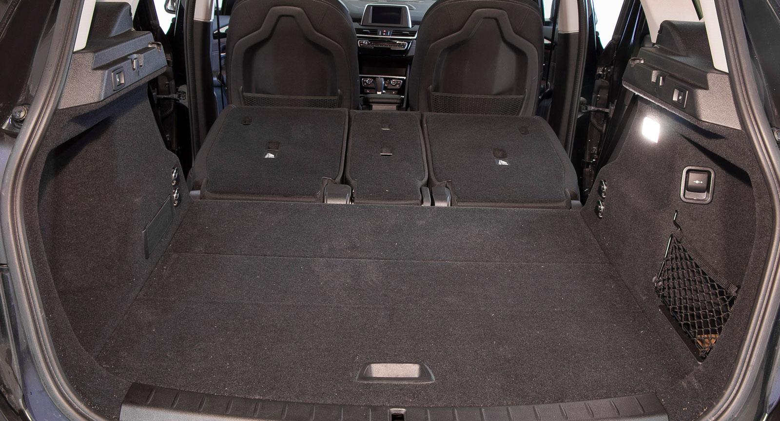 Lastutrymmet i BMW är större än vad den kompakta karossen låter påskina. Med fällda bakre ryggstöd – de tre delarna kan fällas separat – blir lastgolvet faktiskt trions längsta. Som mest tryckte vi in 35 backar.