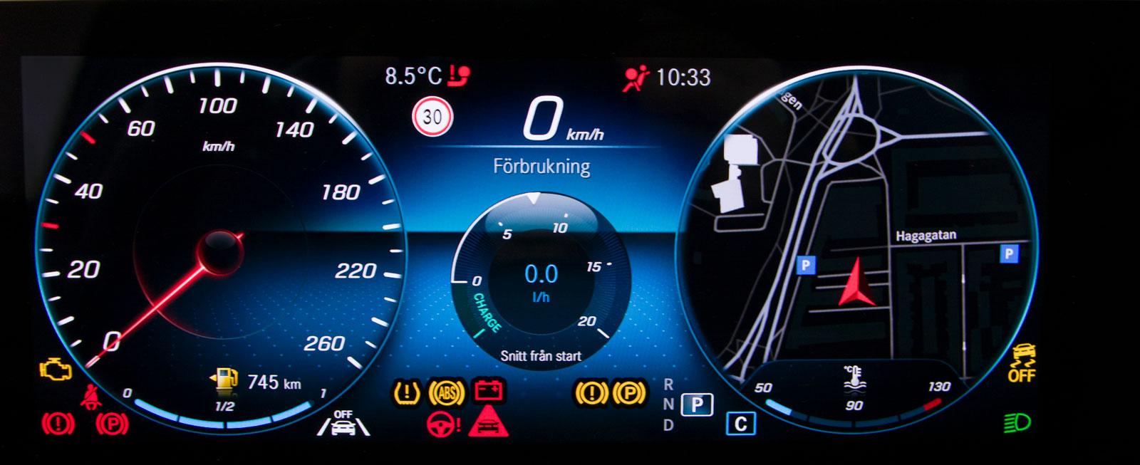 """""""Wide screen cockpit"""" framför föraren ger ett digitalt informationsfyrverkeri med modern grafik och enkel skötsel, pris 5200 kronor."""