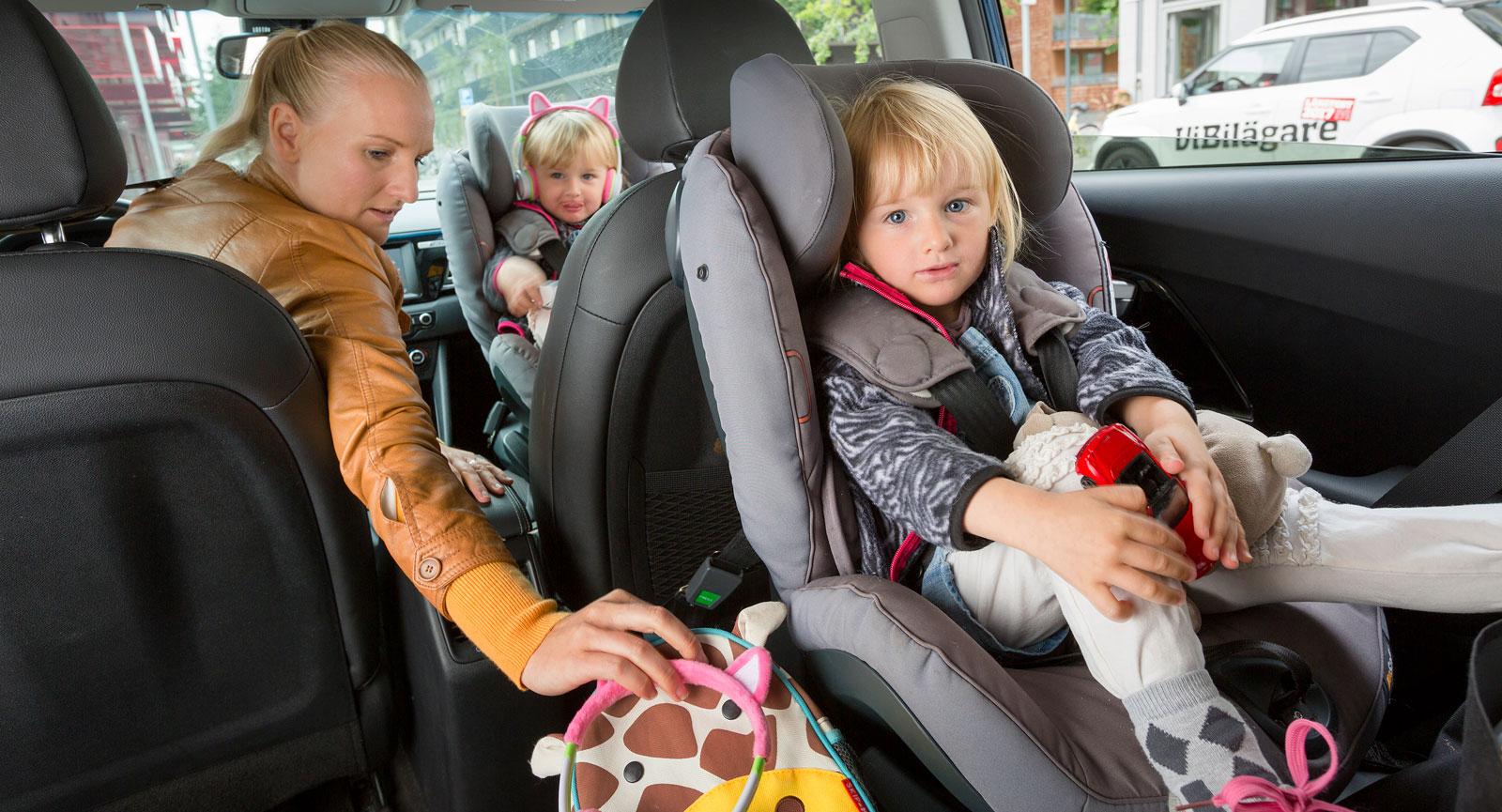 """I en modern bil spelar det ingen roll om barnen åker fram eller i baksätet om passagerarkrockkudden går att avaktivera. Bäst är att barnen sitter på """"trottoarsidan"""" så att de inte kliver ut mot vägen."""