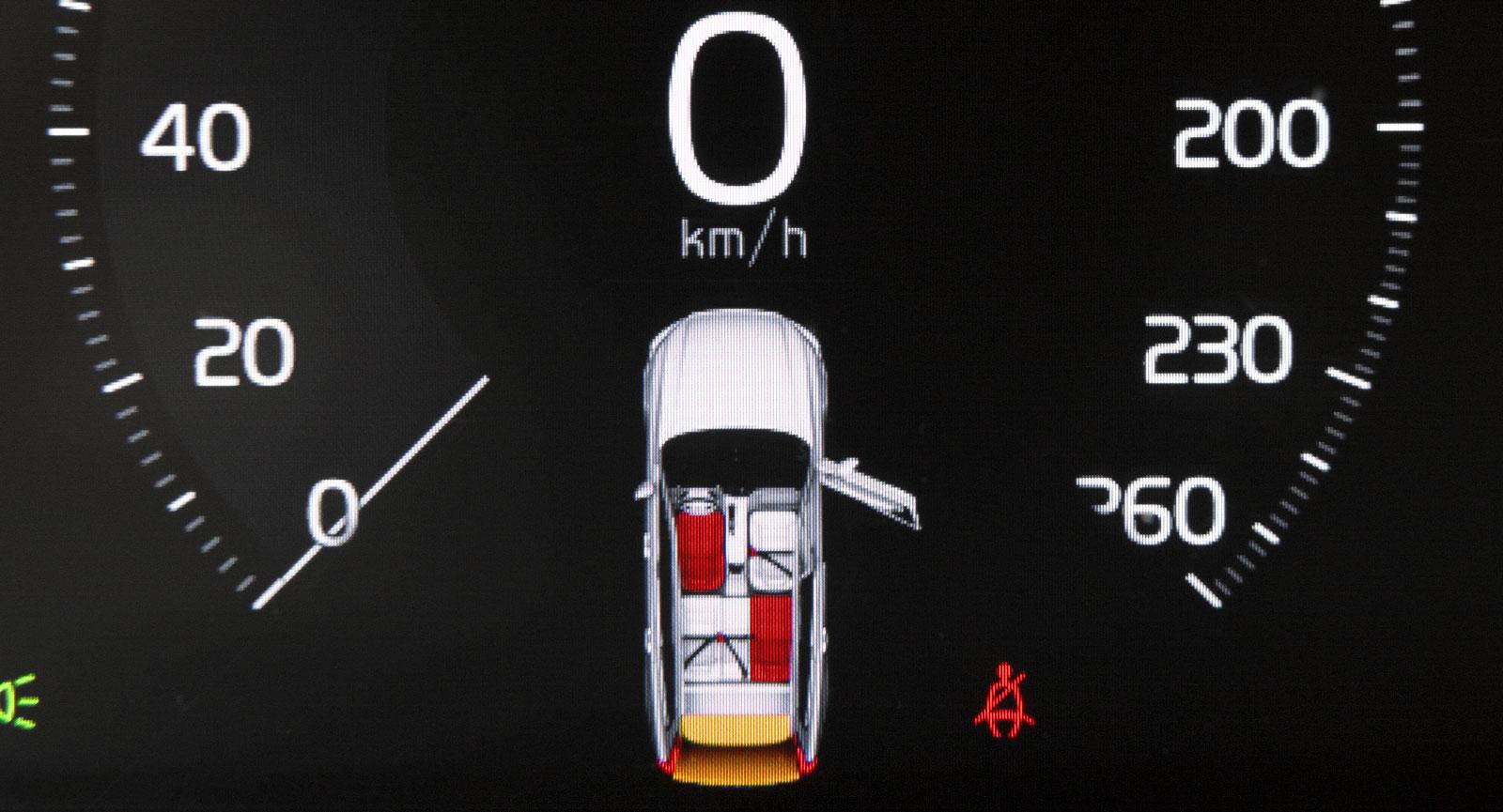Trots digital instrumentpanel har VW Tiguan små färglösa bältessymboler som försvinner bland all information – Volvo har en tydligare lösning.