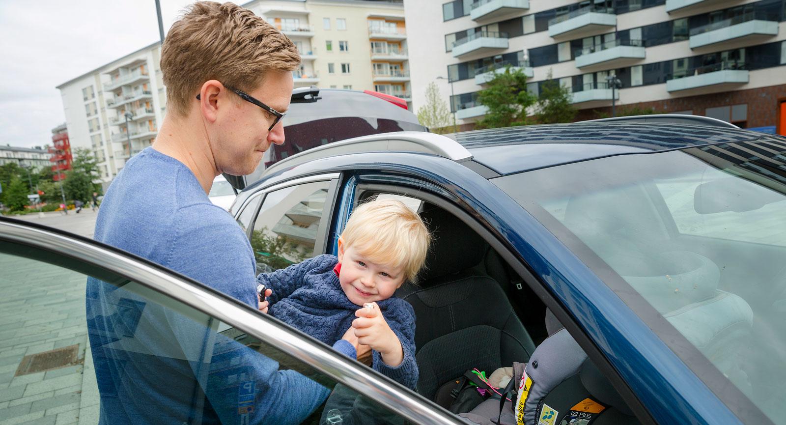 En hög suv ger ett lättare insteg även när småbarnen ska lyftas in i sina bilbarnstolar.