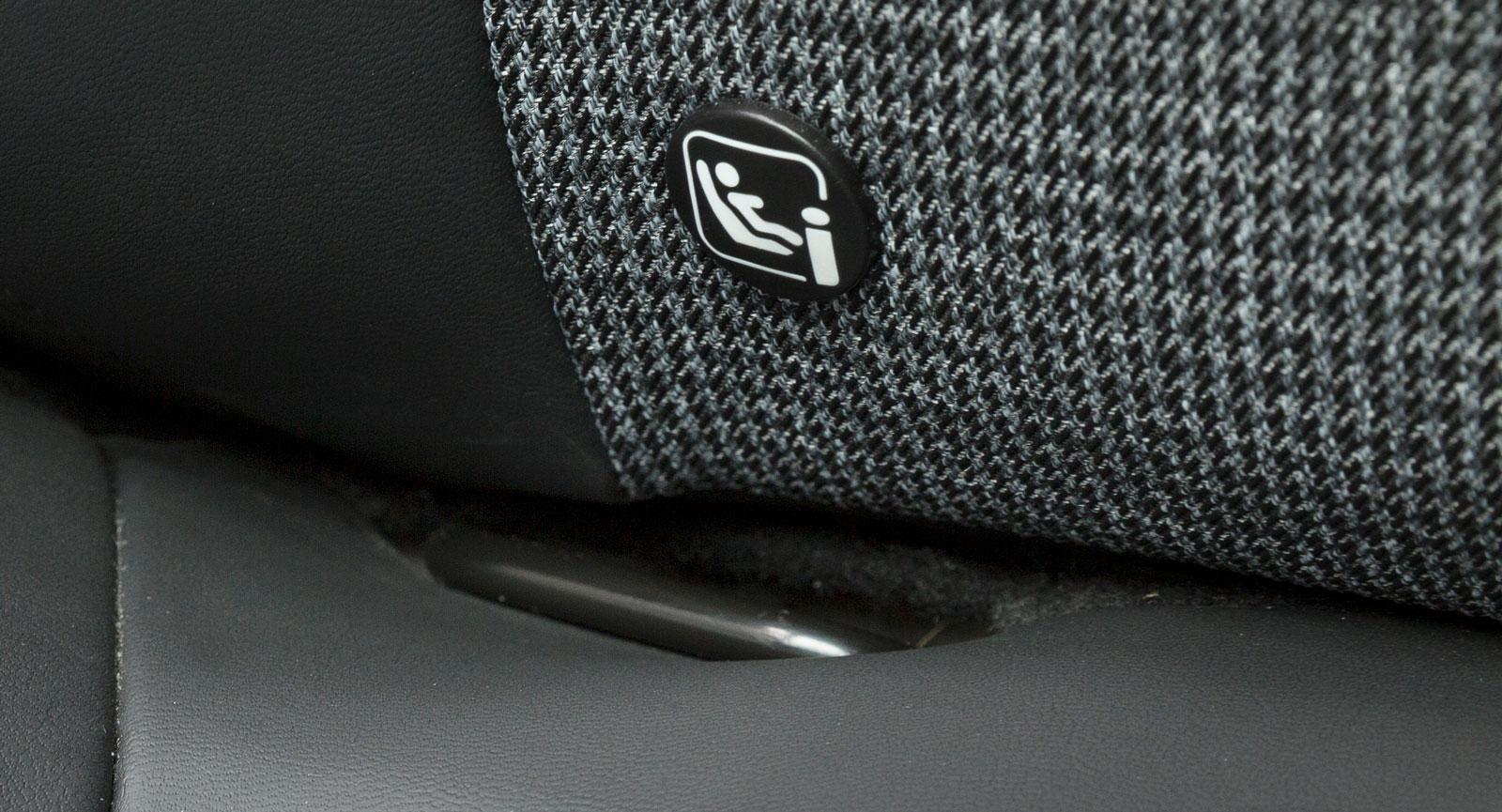 Det är trångt under framstolen i Peugeot 3008 och därmed svårt att fästa barnstolsremmarna. Men 3008 är ensam om Isofix-fästen fram som standard.