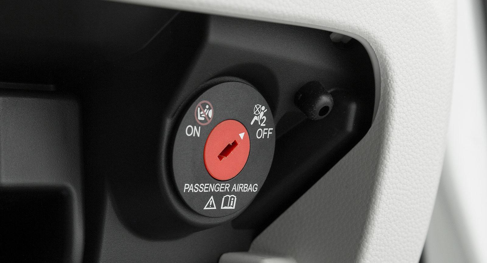 Passagerarkrockkudden måste vara lätt och enkel att stänga av själv utan verkstadsbesök. Alla testbilar klarar det momentet.