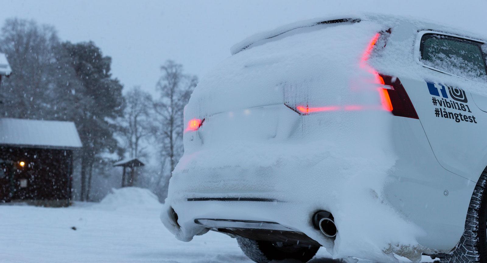 Snörök är ett gissel för bakåtsikten och för att synas bakåt, här den igengrodda Volvo. Bara Dacia Duster klarade sig med hyfsat rent bakparti.