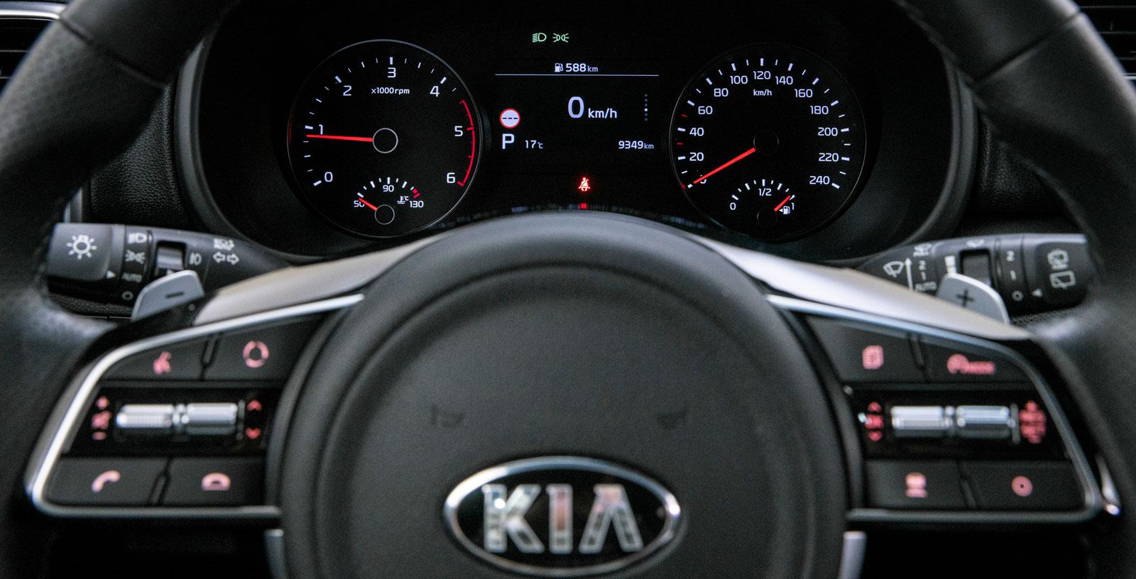Röda mätarnålar håller ordning på varvtal och hastighet. Rejäl färddatordisplay med trafikskyltsavläsning, det har även Ford och Honda.