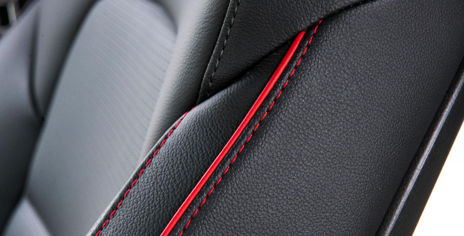 Röda kontrastsömmar ingår i GT-Line-utrustningen. Piggar upp en annars dystersvart interiör. Ford använder samma knep för bilar i ST-Line-utförande.