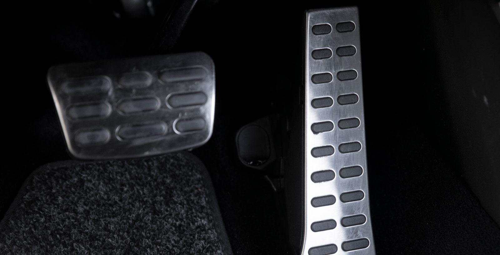 Blankpolerade pedaler är en del av GT-Line-utrustningen. Stående gaspedal.