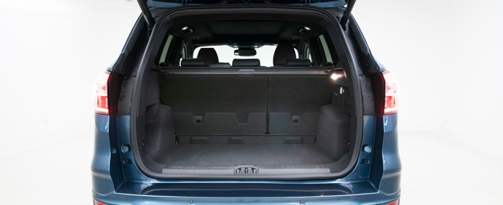 Gapa stort. Kuga har den bästa ståhöjden under bagageluckan och kan stoltsera med ett påfallande kvadratiskt bagageutrymme. Kuga rymmer 42 backar, två mer än vad Honda mäktar med. Ingen av bilarna tänder upp bakljusen när bakluckan öppnas utan påslagen tändning.