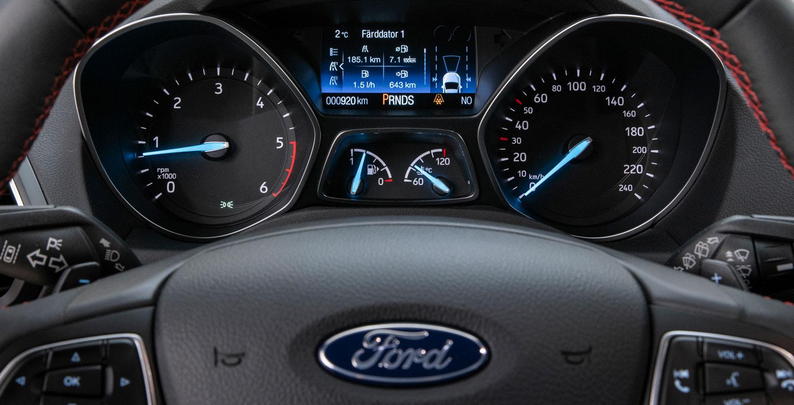 """Klassiskt Ford-blå mätarnålar. Färddatorn har en förhållandevis liten men informationsrik display. En """"miljömätare"""" gör att föraren kan tävla mot sig själv för att sänka förbrukningen."""