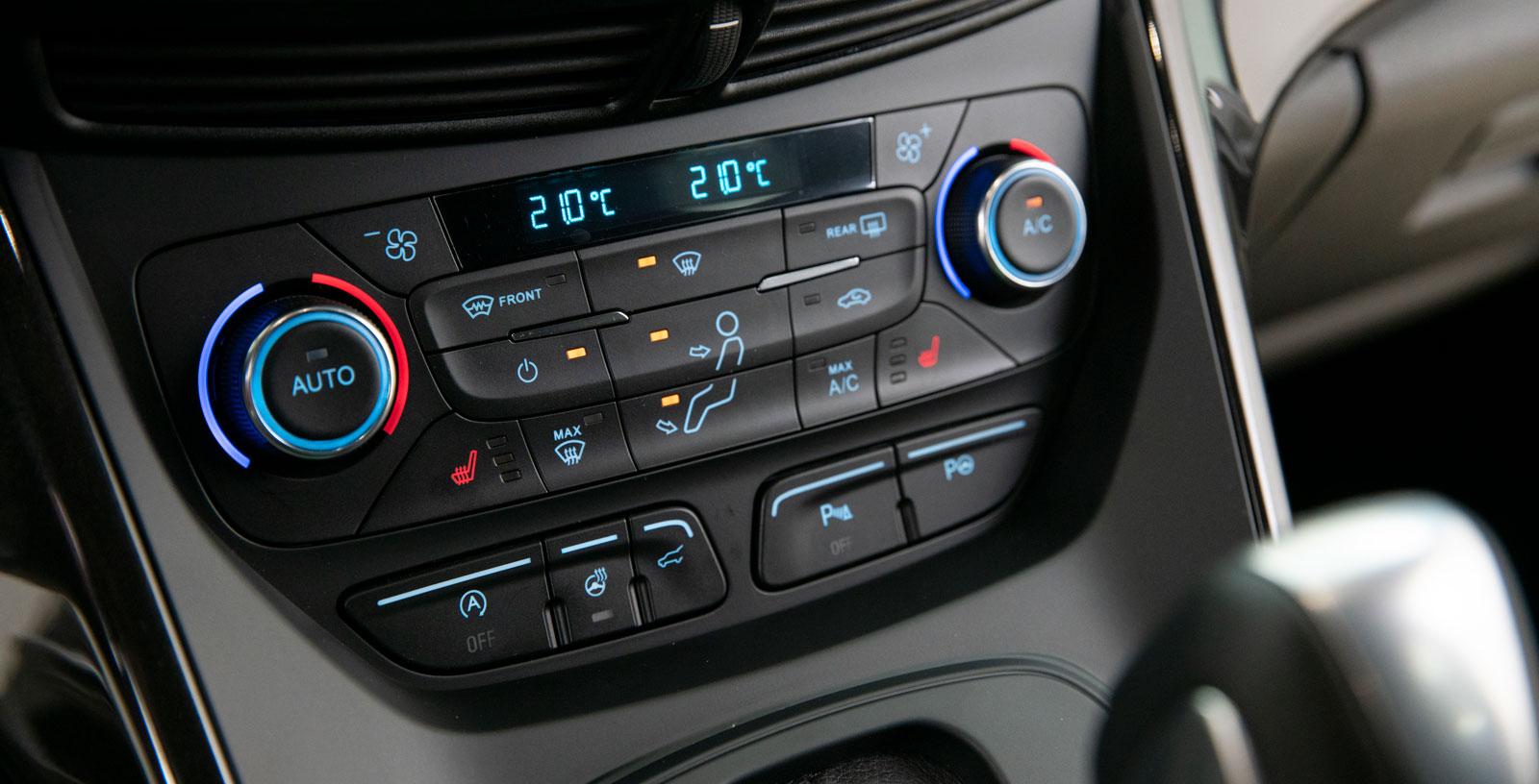 Klimatanläggningen har något pillriga knappar. Knapparna under styr elbaklucka, p-sensorer och parkeringsassistans.