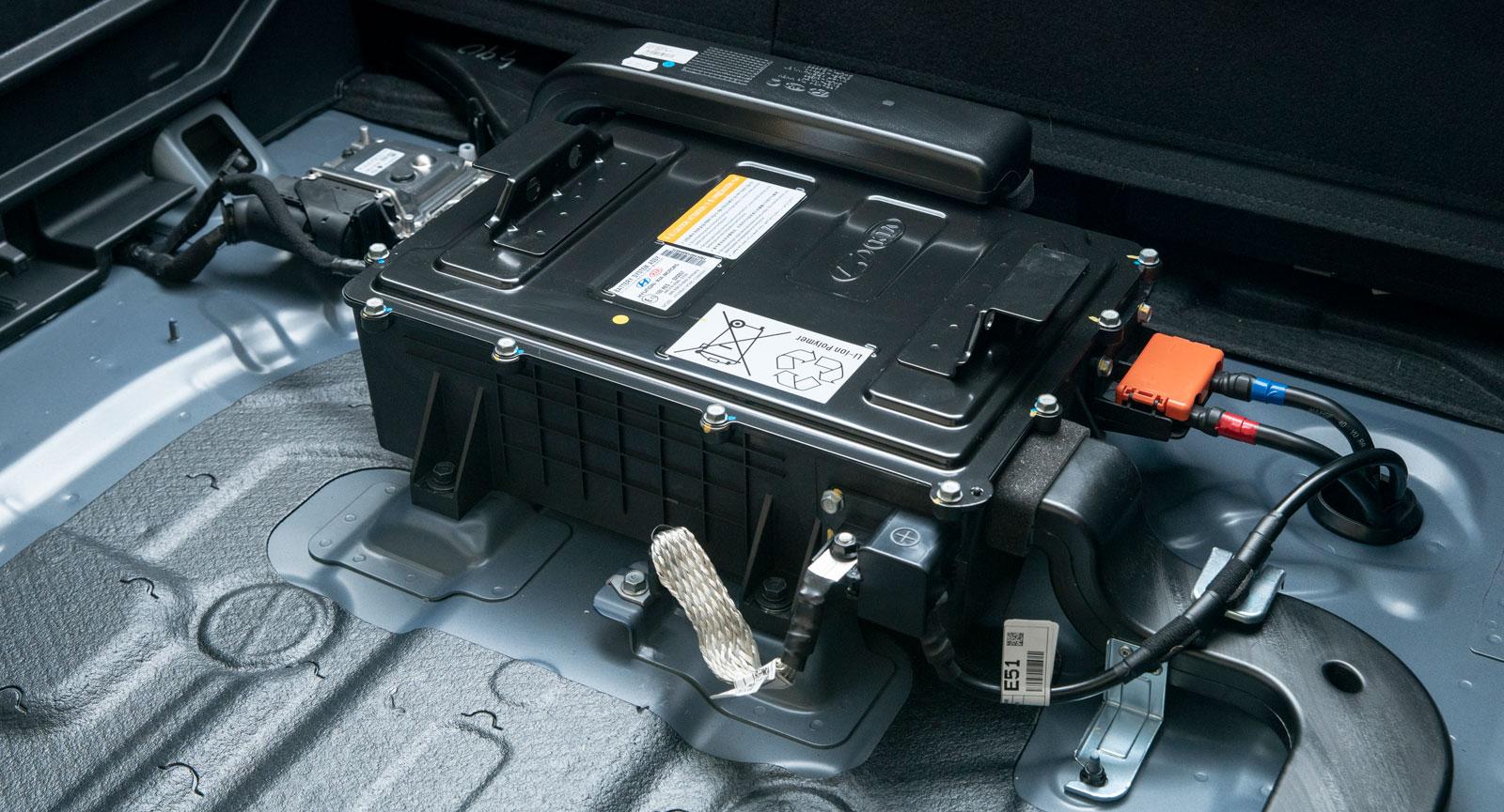 48-volts litiumjonbatteri i mildhybriden Sportage. Batteriet är på 0,436 kWh. Det finns plats för större...