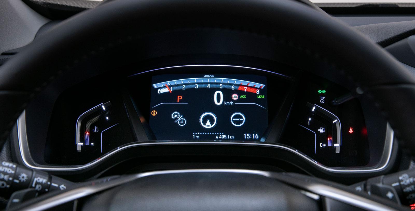 Inga nålar, men väl digital hastighetsmätare och en varvräknare som påminner om den vi såg i den moderna klassikern S2000. Mycket tydlig färddator men väl omständlig att manövrera.