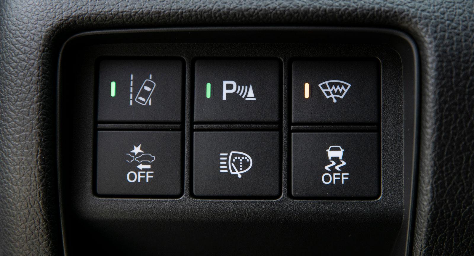 Knappsatsen i CR-V avslöjar bland annat eluppvärmda torkarblad (eltrådar vid bladen) och strålkastarspolning.