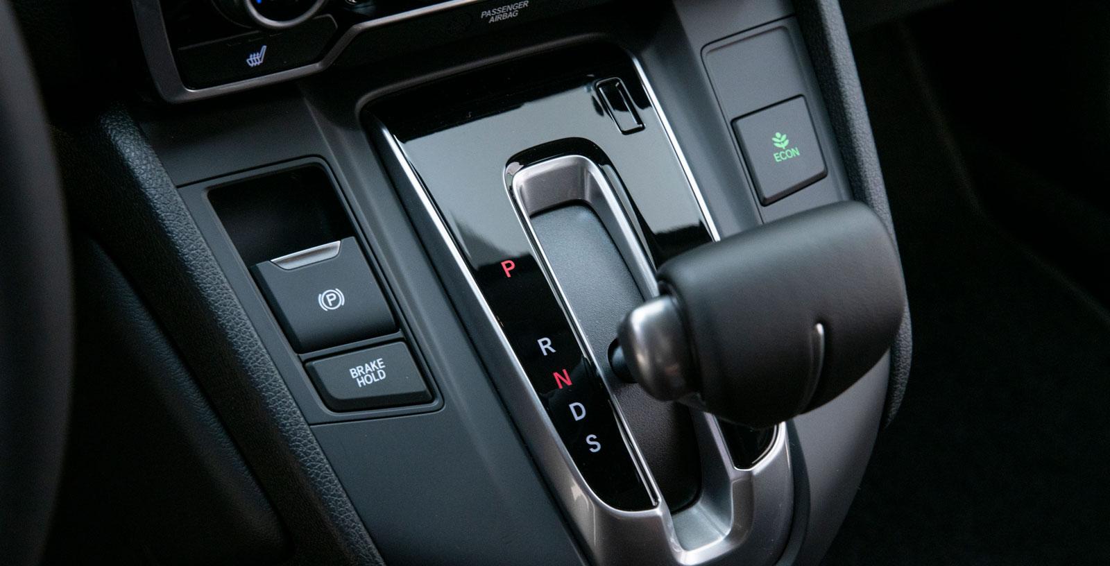 Elektrisk handbroms spar utrymme. Knappen till höger är för miljösnäll körning. Påverkar bland annat gaspedal och farthållare (tillåter något större hastighetsvariation).