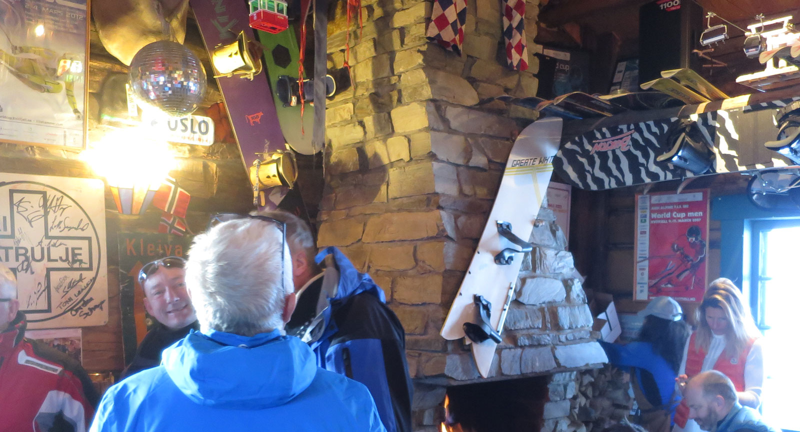 Mingel och hög stämning på after ski inne i Koia.