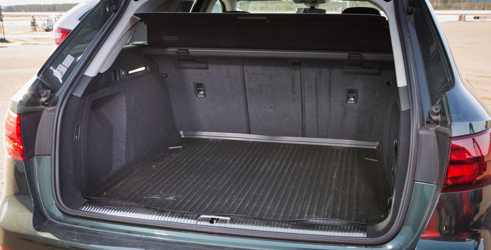 Audis bagageutrymme är ungefär lika stort som Volvos. Här går det dock att fälla baksätesryggarna i tre delar och insynsskyddet följer automatiskt med elbakluckans rörelser.