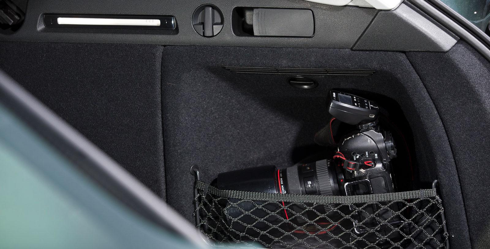 De små, avskiljda förvaringsutrymmena bakom hjulhusen är bra för lösa föremål som slipper fara runt i bagageutrymmet.