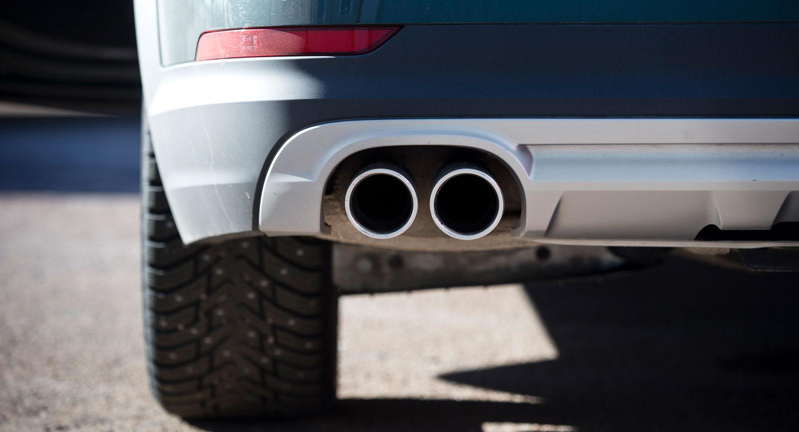 Volvos maffiga avgasutblås är kulisser som döljer normalstora avgasrör.