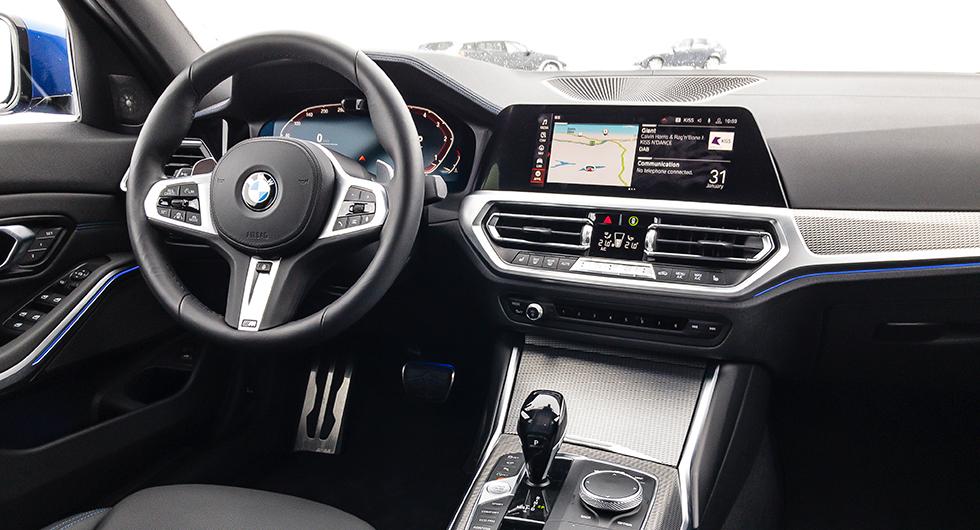 Digital förarmiljö i nya 3-serie. Notera att varvräknaren till höger i mätarklustret går motsols – en vederstyggelse enligt många BMW-entusiaster.