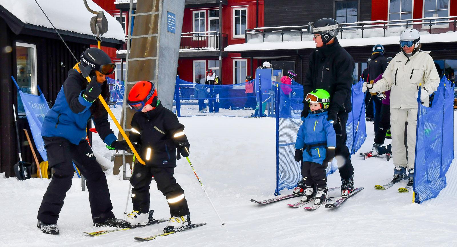 Björn Rydell från Nacka åker gärna skidor tillsammans med familjen. Barnbarnen får lite hjälp med liften och minstingen åker med Björn.