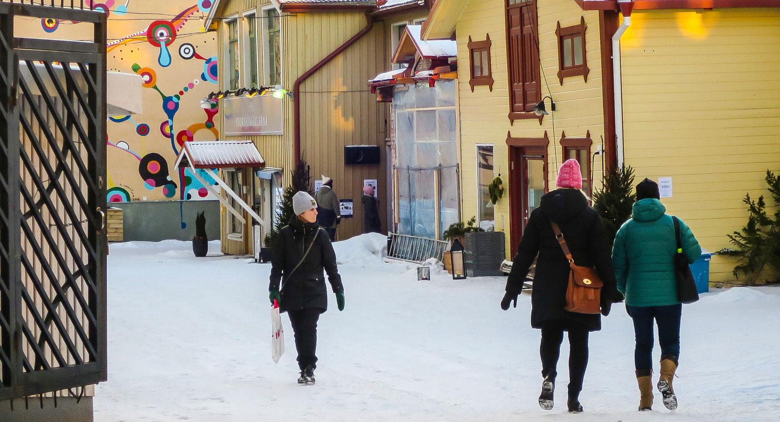 Hamngatan sluttar ned mot Storsjön och pryds så klart med republiken Jämtlands flagga.
