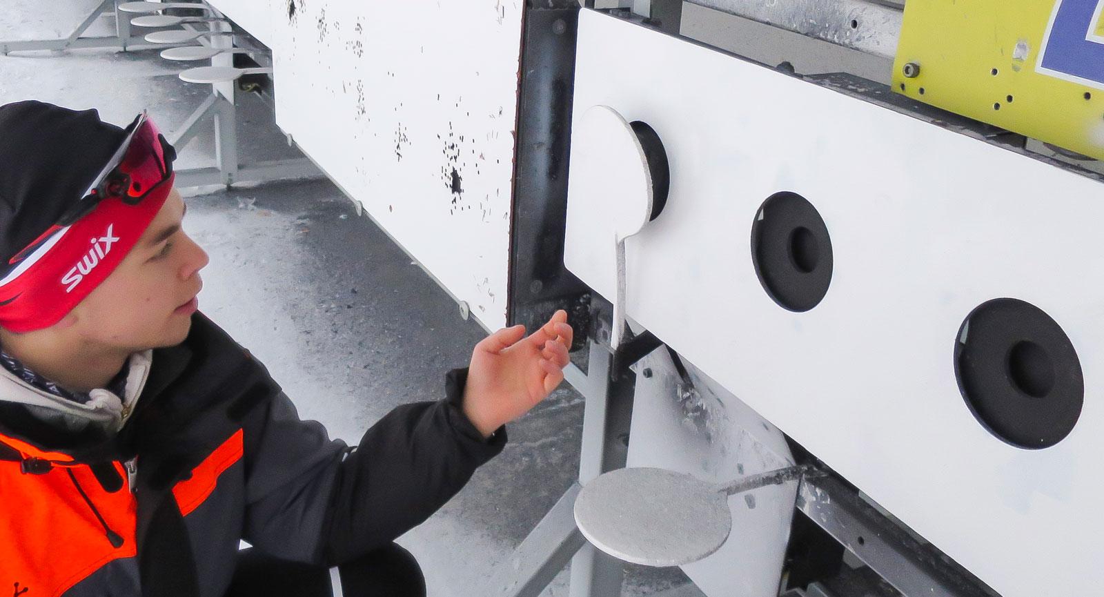 Instruktören Nicklas Olausson kontrollerar hur skotten träffat, den inre ringen för liggandeskyttet har en diameter på 45 mm.