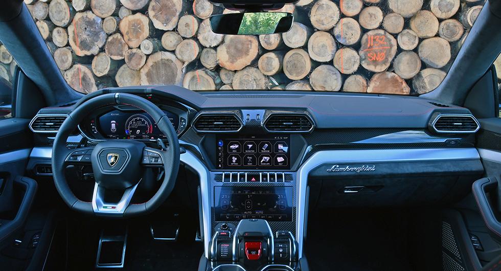 Typiska Lamborghinidrag, hexagonmönstret återkommer i allt från friskluftutblås till klädselns mönster. I Lamborghinis sportbilar formges även knappsatserna i mönstret. Urus använder Audis knappsatser i större utsträckning.