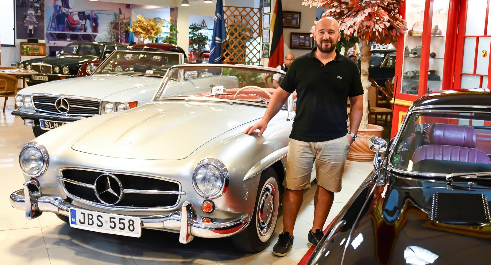 Mark Galea visar en av de välputsade favoriterna på bilmuseet.