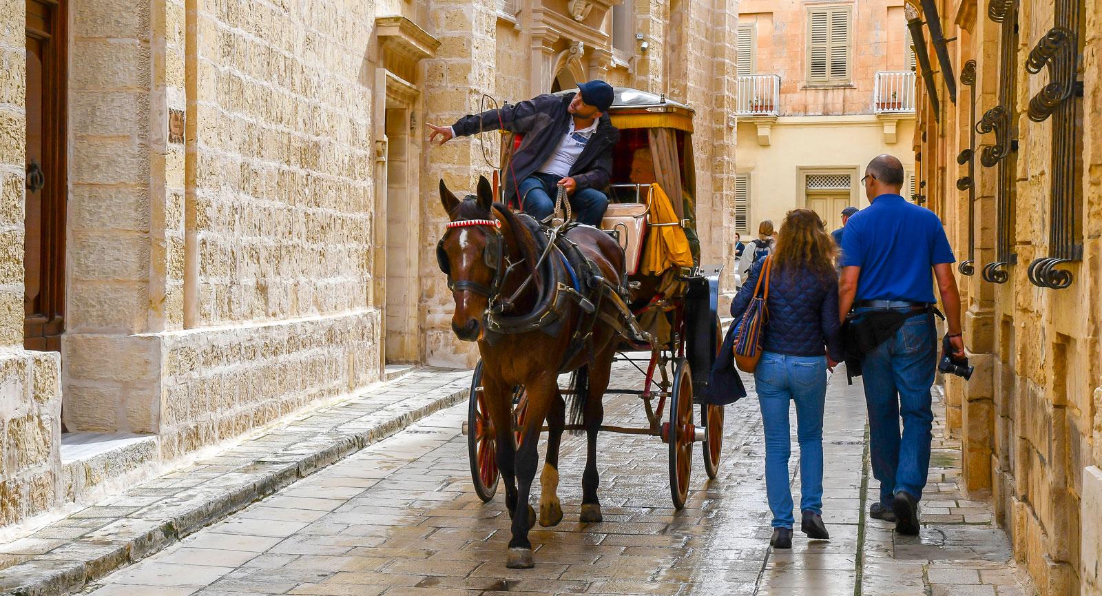De som väljer hästskjuts genom Mdina, får också en guidad tur.