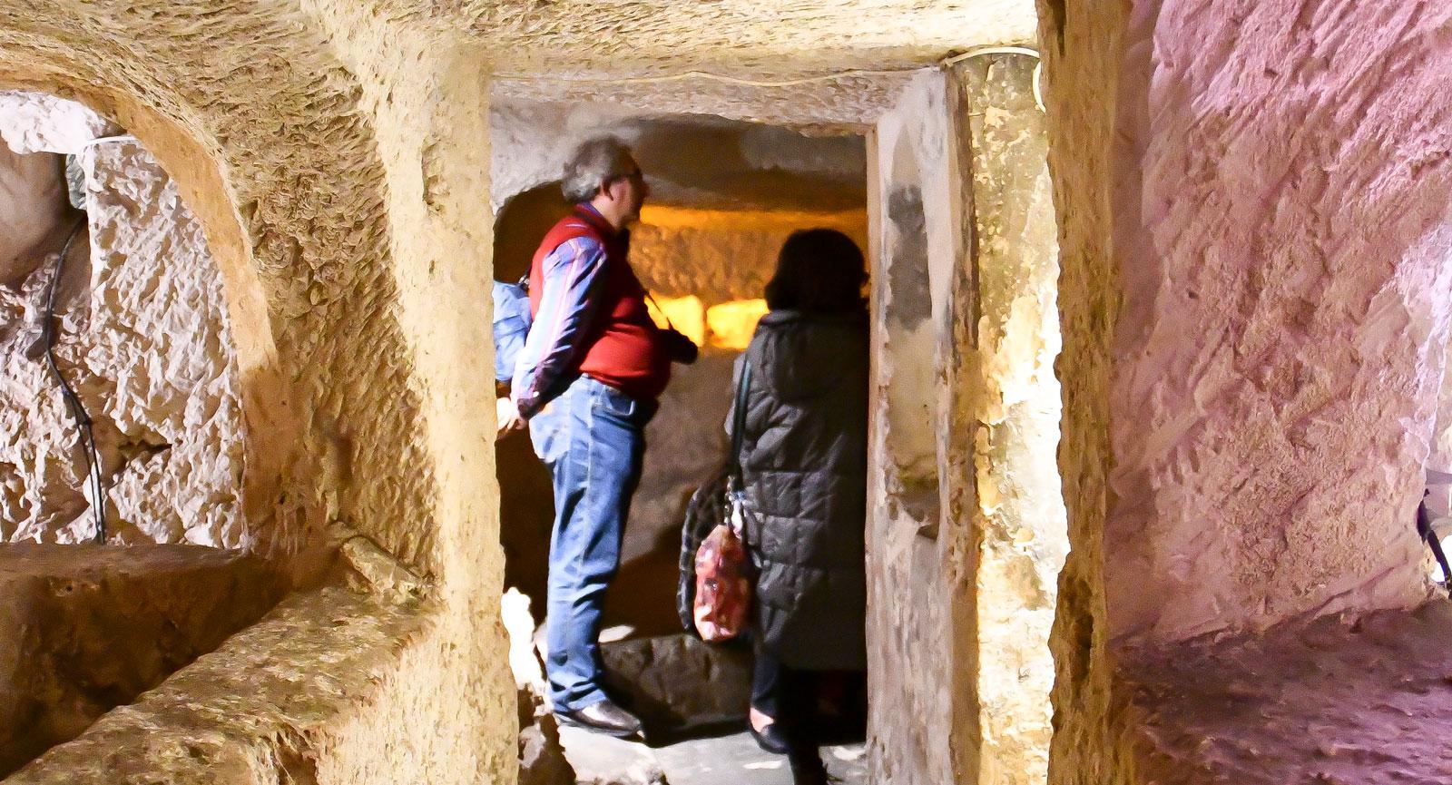 Vi går genom smala gångar och rum nere i Rabats katakomber.