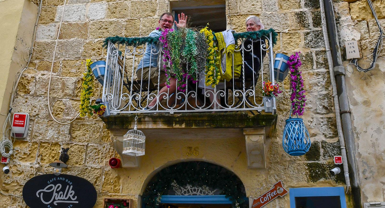 Paret på balkongen har inget emot att Rabats turister fotograferar.