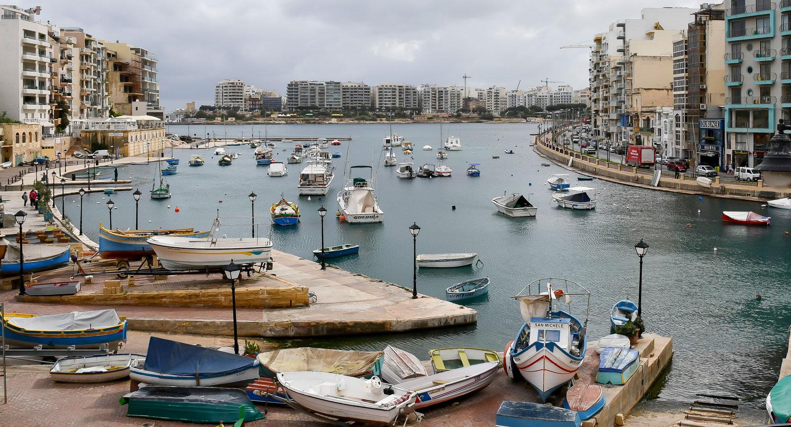 Spinola Bays klassiska maltesiska fiskebåtar vid San Ġiljans hamn.
