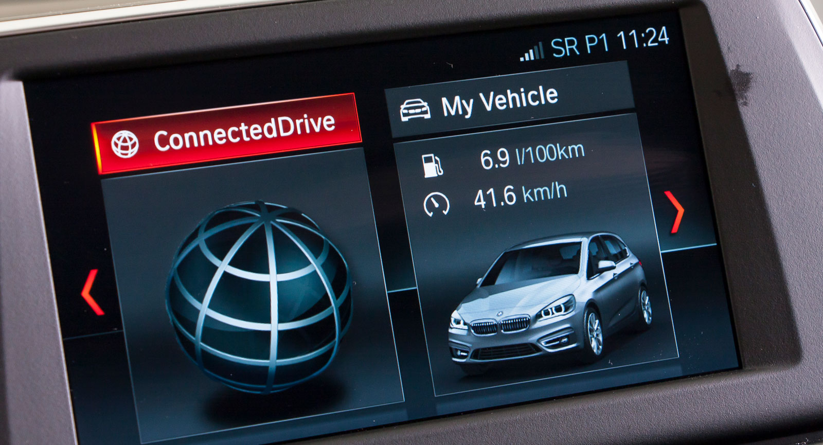 Testbilen hade BMW:s enklaste mediesystem. Det är lätt att sköta med iDrive-vredet  och kringliggande knappar och har en ganska liten men ändå tydlig skärm.