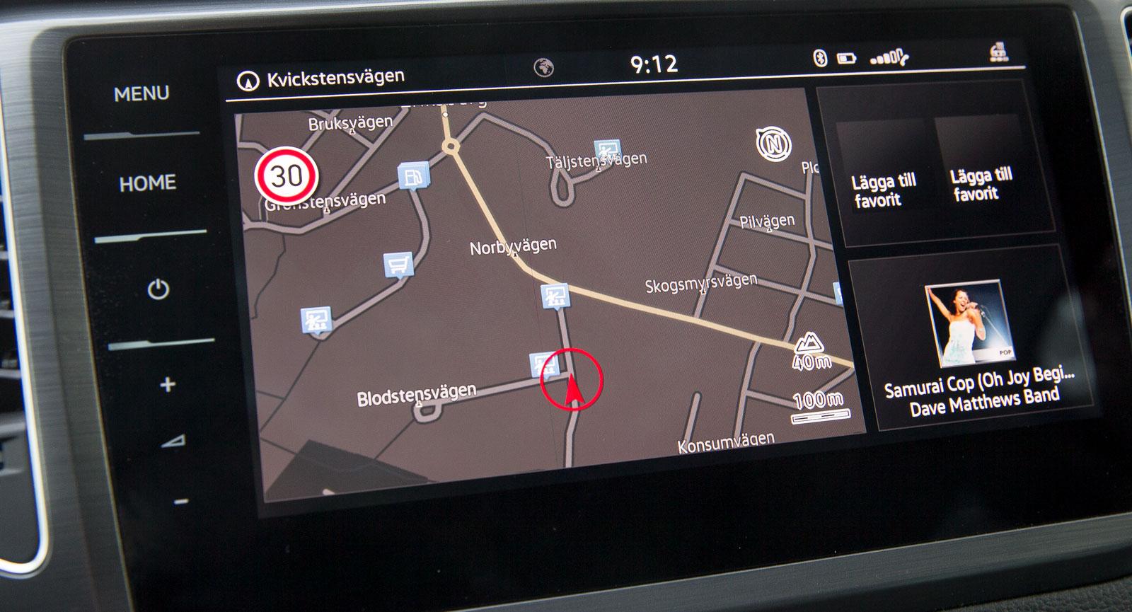 VW:s stora pekskärm reagerar mycket snabbt och har kristallklar grafik. Riktig volymratt hade varit bra, men det finns ju en lättskött tangent på ratten också …
