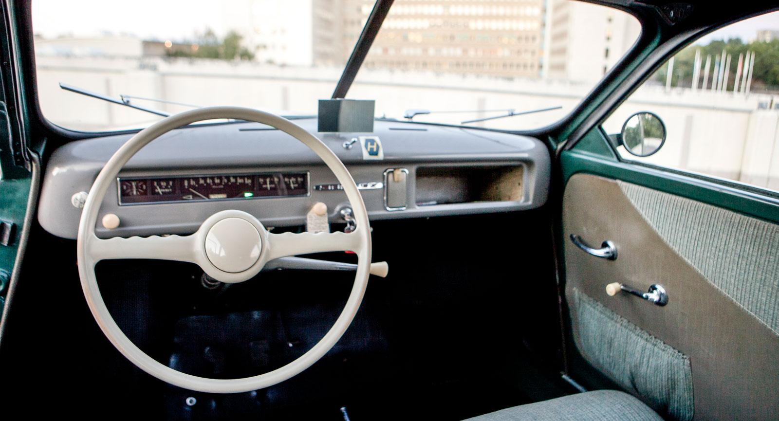 Mätare från Stewart-Warner, handskfack modell resväska, ylletyger. Sidenmjuk ratt och kexchoklad-emblem.
