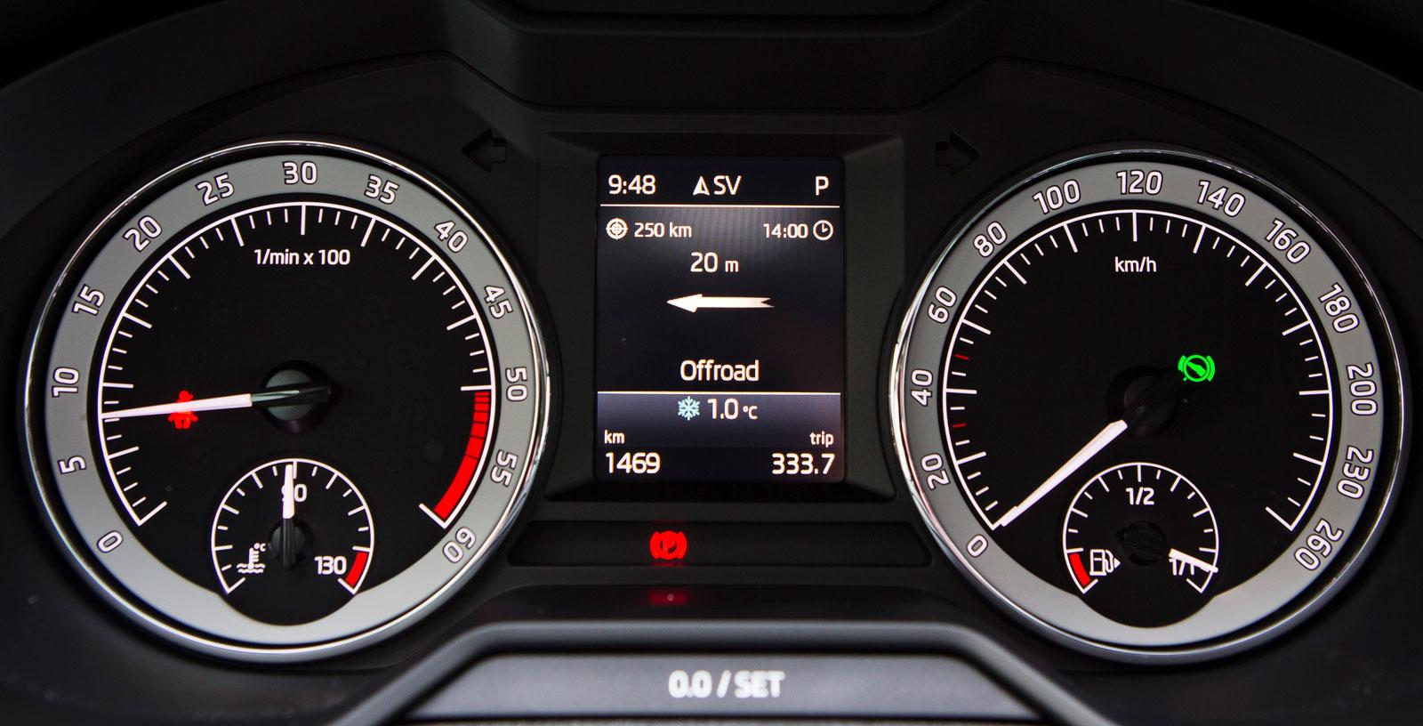 Skoda erbjuder inte samma möjlighet till digital instrumentering som Audi. Nyare Skoda-modeller har helt digitalt mätarkluster.