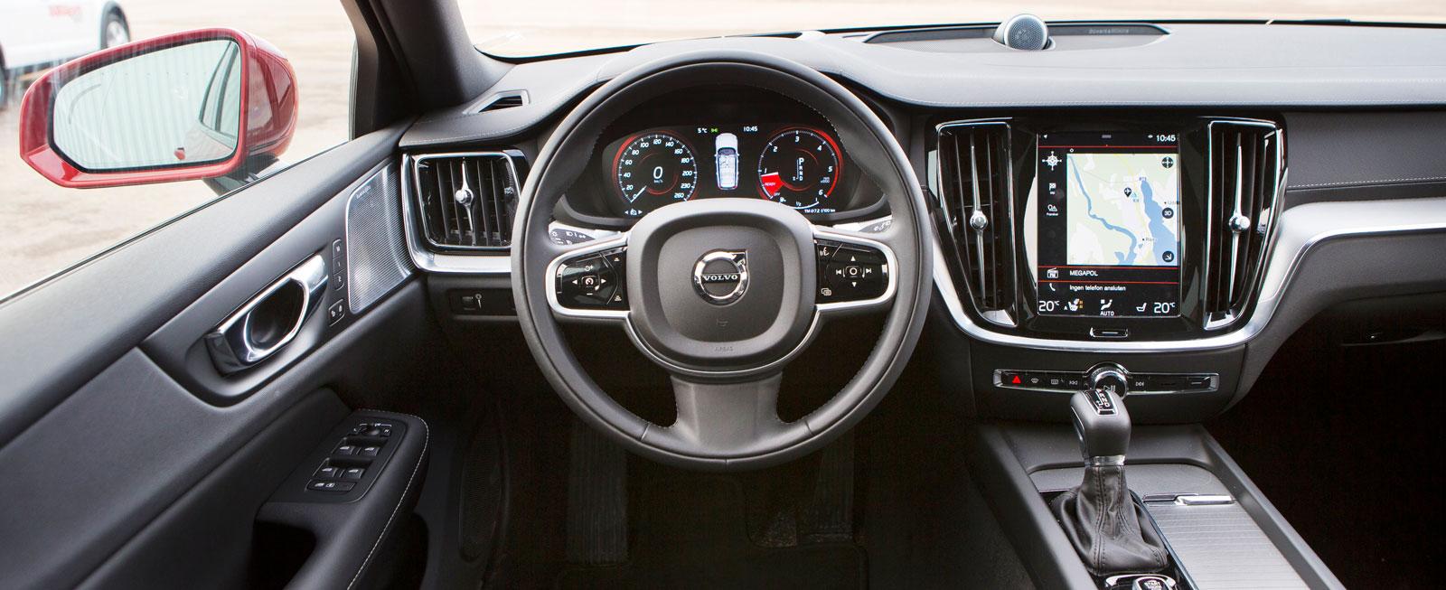 I Volvon sitter man lågt, omringad av en hög mittkonsol och instrument-panel. Inga Cross Country-attribut så långt ögat kan nå.