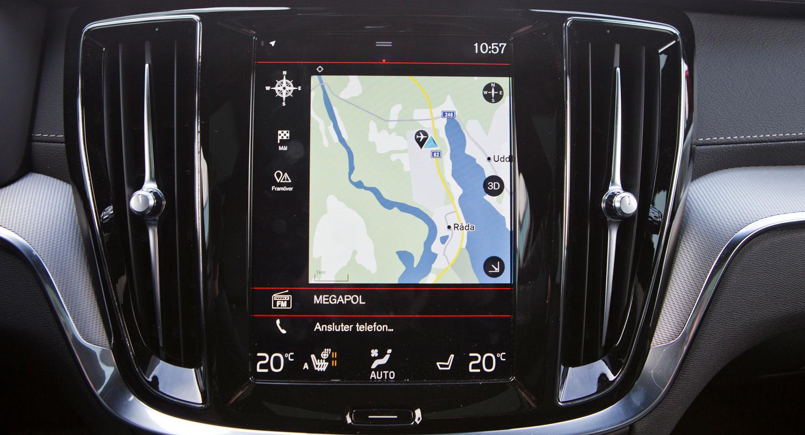 Volvos meny-ordning är annorlunda men fungerar bra när man har vant sig. Bra bildkvalitet och pekfunktion. Under skärmen finns ett stort volymvred.