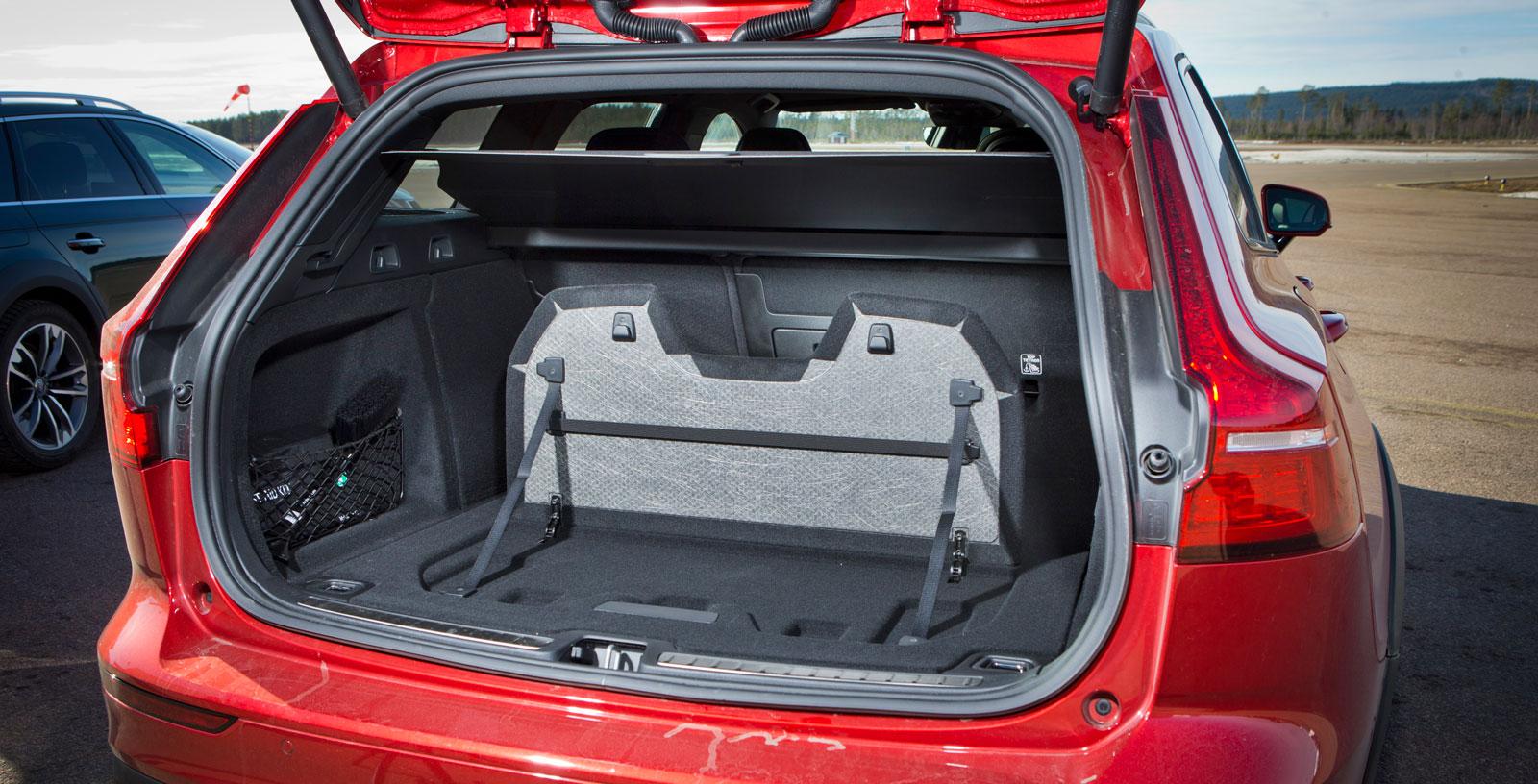 V60 är mer svårlastad än Octavia och har inte tredelat baksäte som Audi. Att genomlastningsluckan är liten blir ett extra minus. Ett plus får den dock för den smarta lastavskiljaren som fälls upp ur golvet.