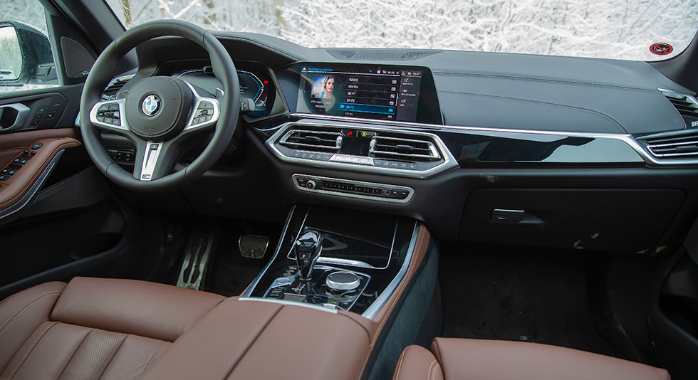 X5 har BMW:s modernaste version av förarmiljö. iDrive-systemet har nått generation sju och kan kontrolleras med vredet på mittkonsolen, med pekskärmen samt med handrörelser i luften ovanför växelspaken.