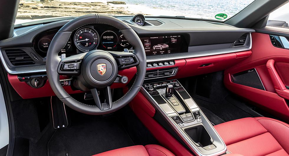 911 Carrera har fått ny interiördesign som ska påminna om äldre modellers raka linjer och höga instrumentbrädor.
